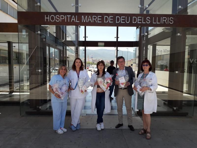 Juan JoséTarín, vocal del col·legi d'infermeria d'Alacant, lliura els coixins aCheloOlcina, directora d'infermeria del departament de salut.