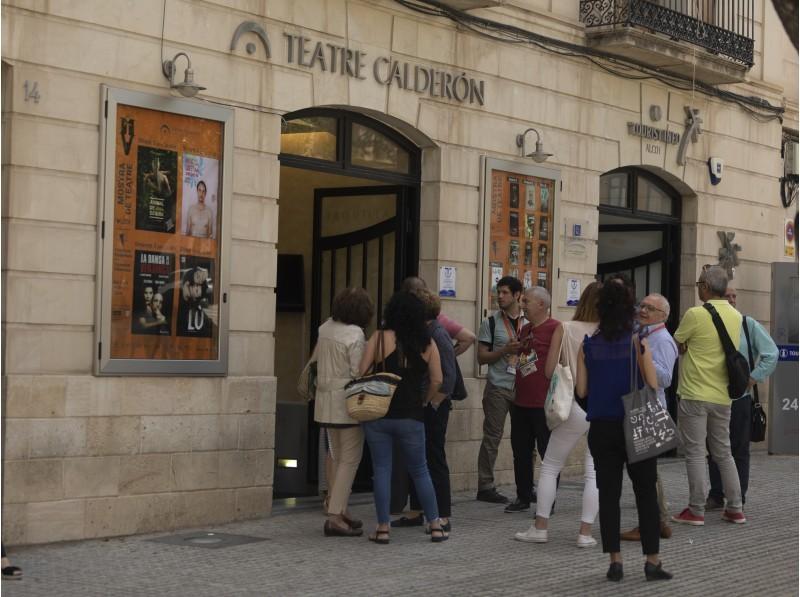 Públic entrant al Calderón / AM