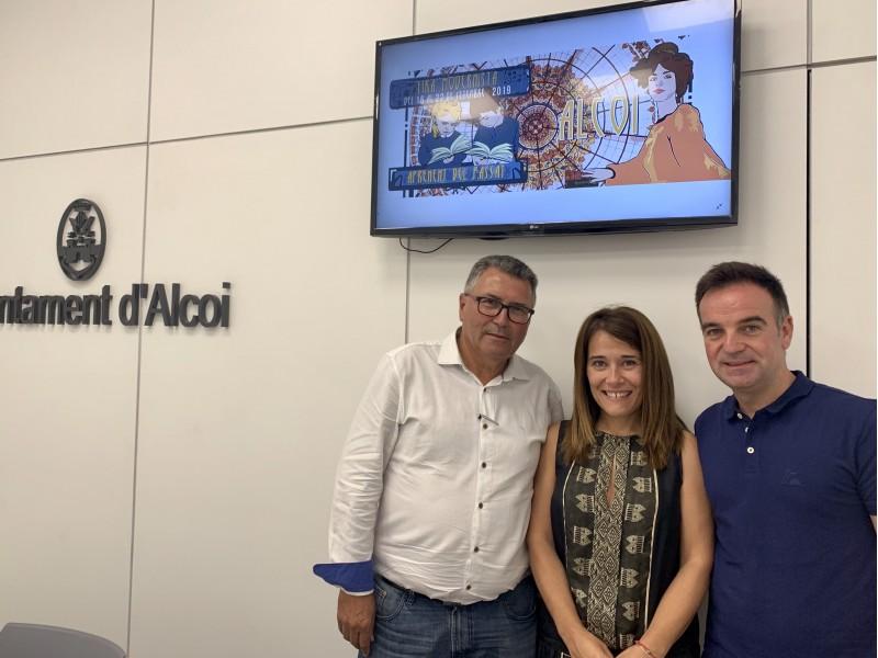 La regidora de Turisme, Lorena Zamorano (centre), acompanyada pel regidor d'esports, Miguel Juan Reig (esquerra).