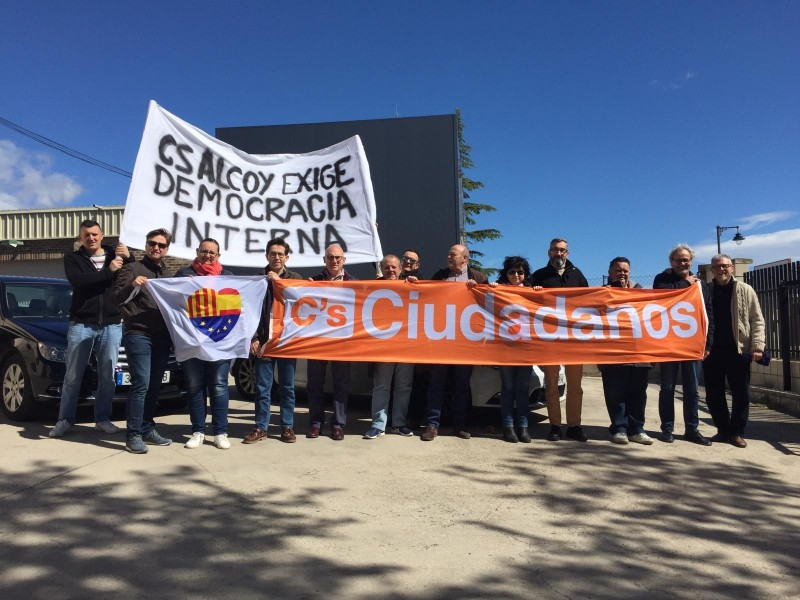 Grup de militants de Ciutadans Alcoi que demanen nou coordinador.