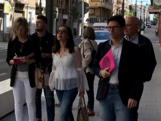 Membres del grup municipal PP Alcoi caminen per Entença.