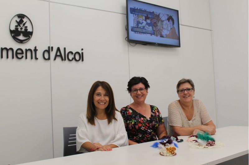La regidora de Turisme, Lorena Zamorano (esquerra), en companyia de Maria Teresa García (centre) i María Teresa Alberola (dreta), presidentes de les dues entitats col·laboradores.