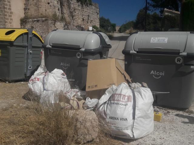 Els enderrocs havien sigut dipositats al costat d'uns contenidors.