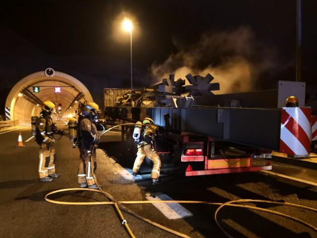 Els bombers sufoquen l'incendi d'un camió en els túnels de la Font Roja