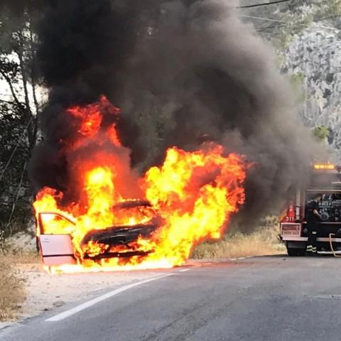 Es cala foc un vehicle en la carretera d'accés al Preventori