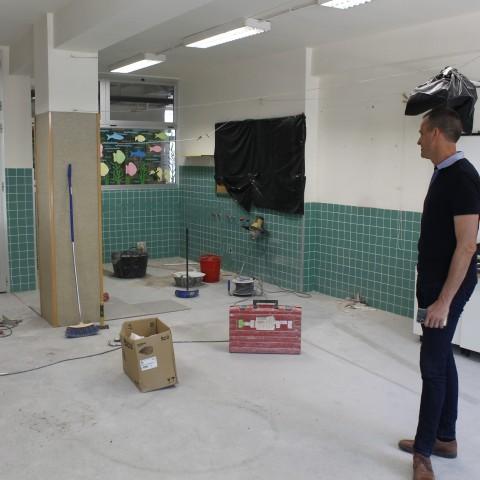 El regidor d'Educació Alberto Belda visita les obres de la futura aula.