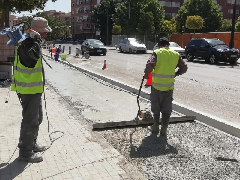 Operaris treballant aquest estiu en la construcció de l'eix per a ciclistes i vianants / Facebook Obres i Serveis Alcoi
