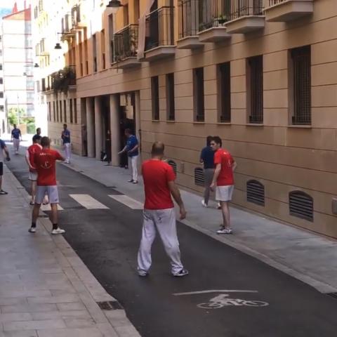 Partida de pilota valenciana celebrada a carrer Sant Jaume d'Alcoi.
