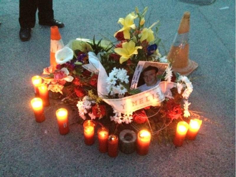 Flors i ciris col·locades a la plaça de Planes després del fatal accident.