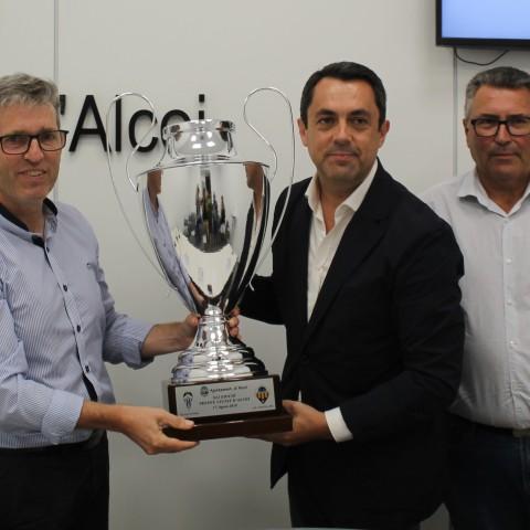El president dels dos clubs sostenen el trofeu duran la presentació oficial de l'encontre.