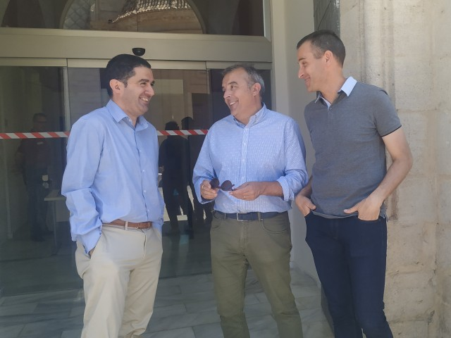 Toni Francés, en conéixer el resultat de les votacions a l'exterior dels jutjats d'Alcoi