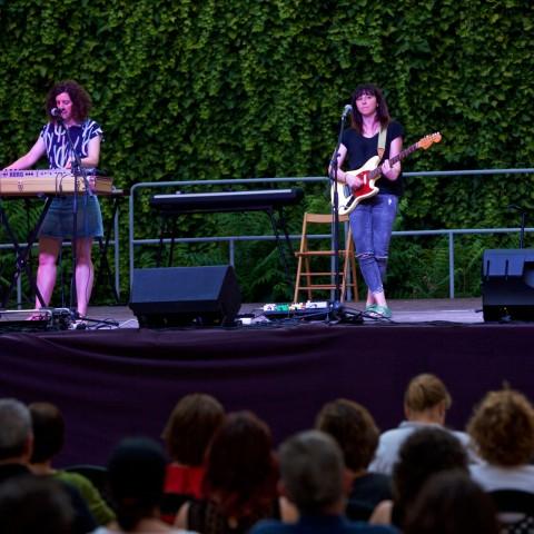 Les alcoianes Júlia actuant a l'esplanada del Palau Comtal.