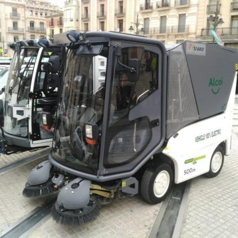 Vehicles elèctrics que s'utilitzen per a la neteja dels carrers d'Alcoi.