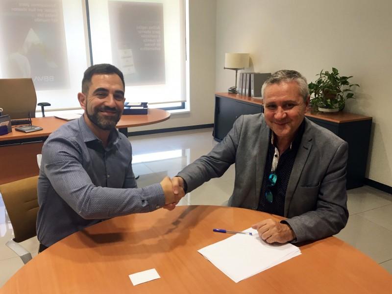 Rafael Pérez (dreta), president d'ACECA, durant la signatura de l'acord.