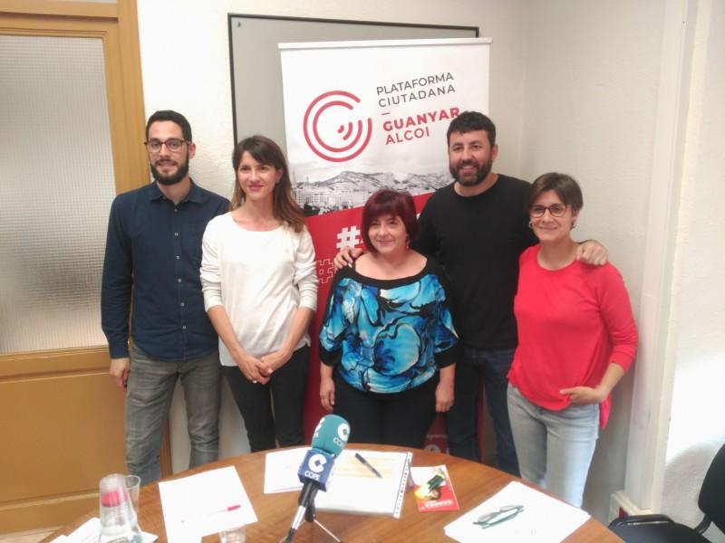 Els cinc primers noms de la llista de Guanyar Alcoi han presentat el programa de la seua formació.