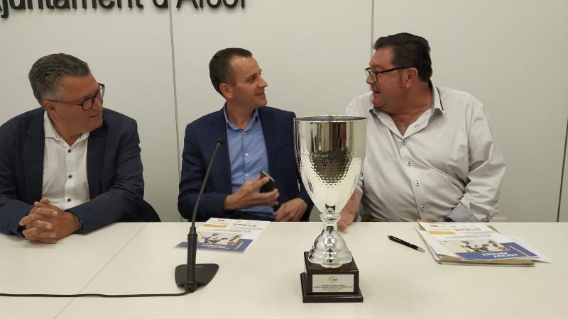 A la dreta, Vicent Martí, amb el regidor d'esports Alberto Belda, i el director del centre d'esports Miguel Juan.