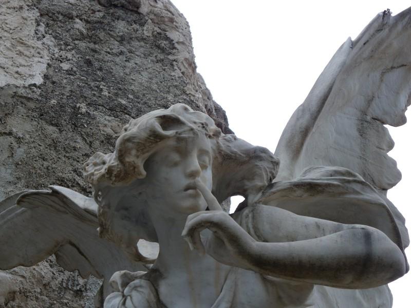 Una de les escultures del cementeri municipals d'Alcoi.