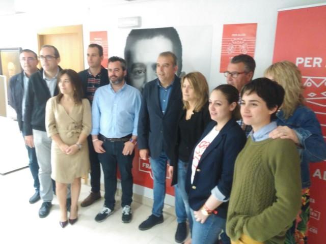 Membres de la llista del PSPV PSOE Alcoi compareixen a la seu del partit dos dies abans de les eleccions municipals.