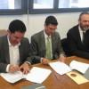 L'alcalde Toni Francés (esquerra) i el rector de la UPV, Francisco José Mora Mas (dreta) signen el conveni.