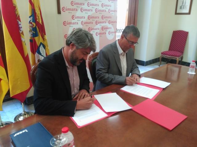 De Gracia (esquerra) i Climent (dreta) durant la signatura del conveni.