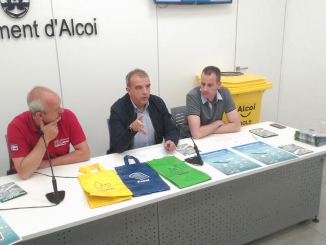 Els regidors Jordi Martínez i Alberto Belda compareixen juntament amb un dels contenidors que s'utilitzaran durant la campanya.
