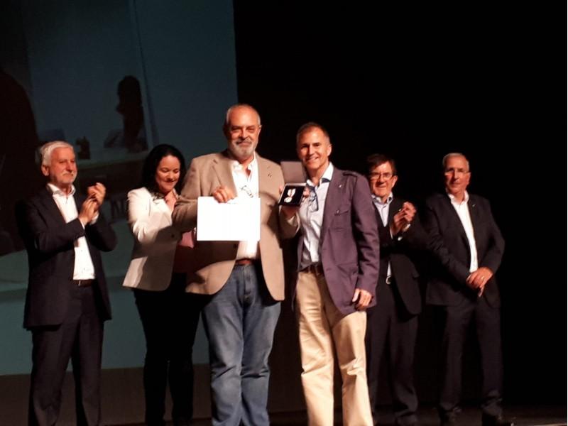 Juan Cortes rep la medalla de plata/Creu Roja