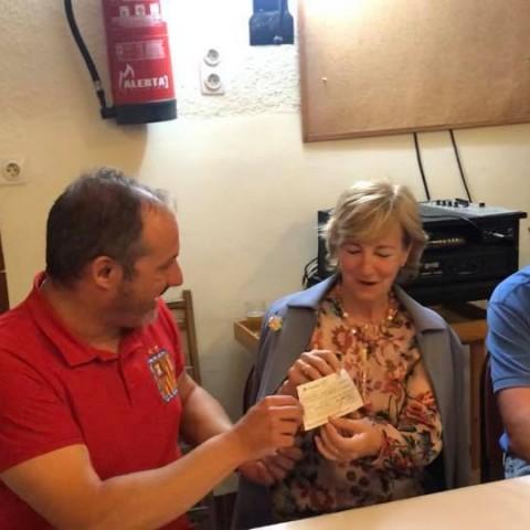Entrega del donatiu a la presidenta de l'associació/Filà Almogàvers