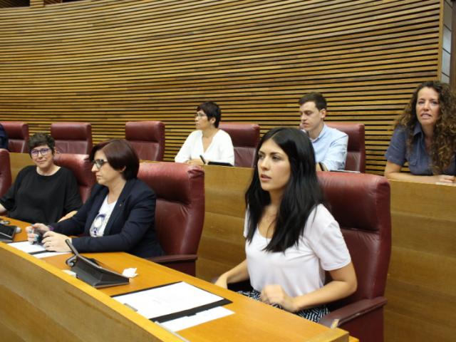 Naiara Davó (dreta) asseguda al costat de l'altra alcoiana a les Corts, Estefania Blanes /Perfil twitter Podem