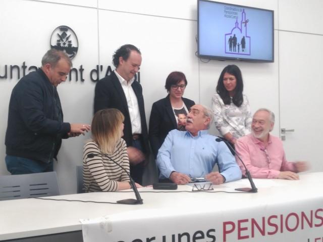 Representants de PSPV, Compromís, Guanyar i Podem han donat suport als pensionistes en la compareixença d'aquest dilluns.