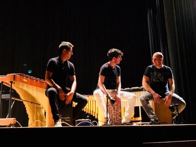 Imatge de la primera edició del Curs de Percussió Ciutat d'Alcoi, amb els professors Ignasi Domènech (centre) i Sergi Sempere (esquerra) al damunt de l'escenari / Facebook Unió Musical d'Alcoi.