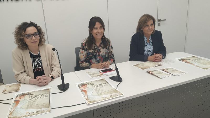 Ala dreta, la tècnic de formació d'AITEX, María José Doménech; acompanyada de la regidora de turisme Lorena Zamorano, i la responsable de comunicació d'AITEX, Neus Jordá. /AM