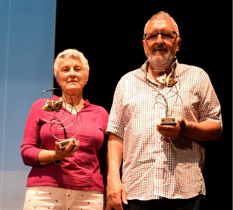 Membres de Teatre Circ posen amb els seus respectius premis.
