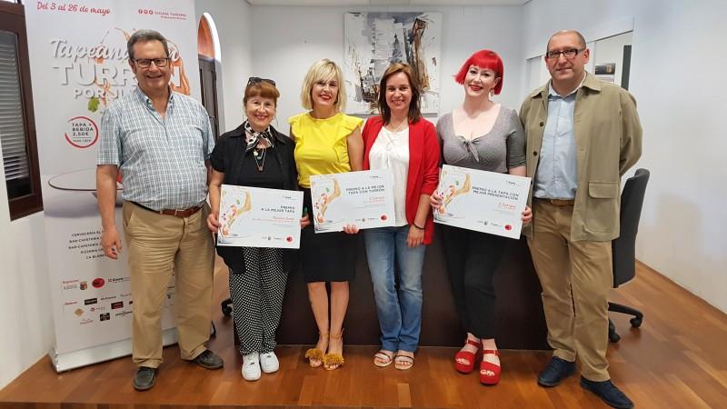 Les guanyadores reben el premi de part de l'alcaldessa Isabel López.