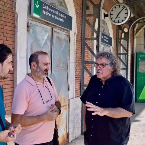 D'esquerra a dreta: Joan-Vicent Sellés, militant d'ERPV i Bernardo Pérez, regidor de Guanyar Cocentaina, conversant amb el diputat Joan Tardà a Alcoi (19 de Juliol de 2017). Imatge facilitada per Esquerra Republicana.