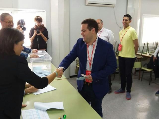 Saul Serrano, cap de llista dels socialistes a Muro, votant a les eleccions municipals.