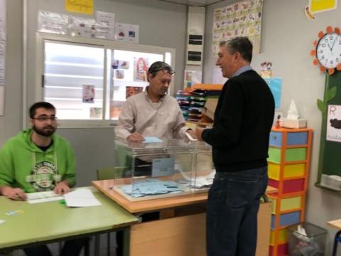 Rafa Climent, diputat electe per Compromís, vota a Muro