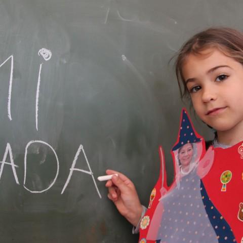 Una de les alumnes, amb la seua fada.