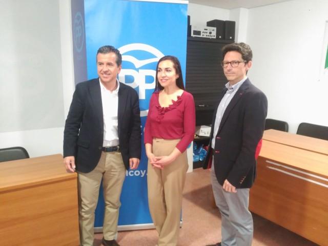 Els populars han presentat a Lirios García (centre) a la seu del partit aquest 5 d'abril.