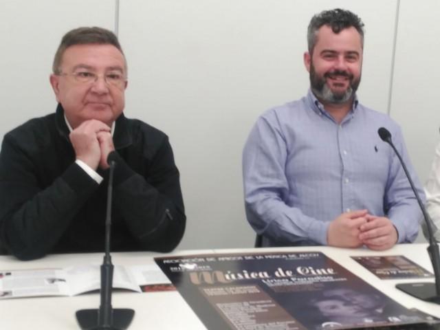 El regidor de Cultura (centre) presenta el concert en companyia de directius de l'Associació Amics de la Música.