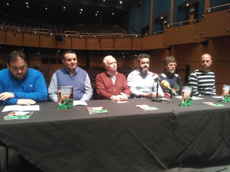 Els presidents de les 4 bandes alcoianes, acompanyats pel regidor de cultura (centre dreta) i el president de l'ASJ (centre esquerra).