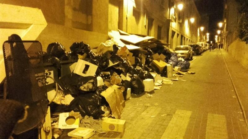 Acumulació de deixalles en el carrer Casa Blanca en festes de 2017 / Ajuntament d'Alcoi