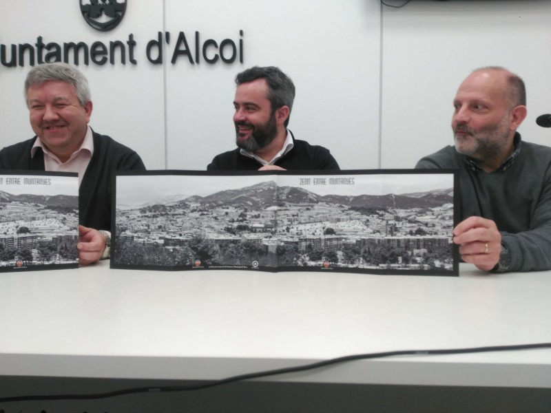 Raül Llopis (centre) mostra el desplegable de l'obra 'Zenit entre muntanyes'.