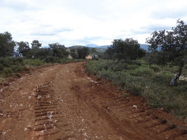 La pista es troba entre el mas del Canonge i les proximitats de l'Alt del Ginebrar.