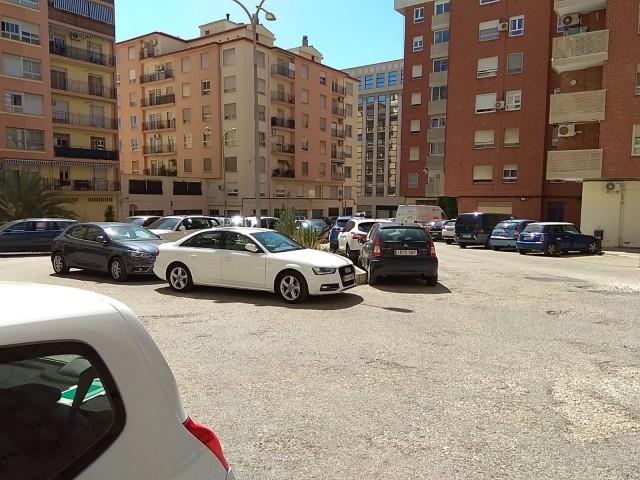La plaça Benissaidó no disposa de senyalització per a delimitar les places d'aparcament.