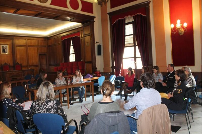 La reunió s'ha celebrat al Saló de Plens de l'Ajuntament d'Alcoi.