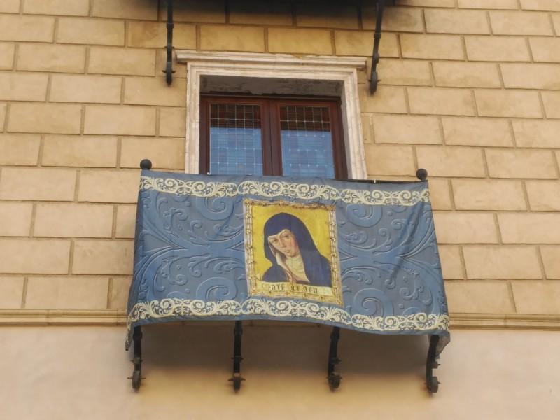 Imatge de la Mare de Déu a un balcó del Palau Comtal.