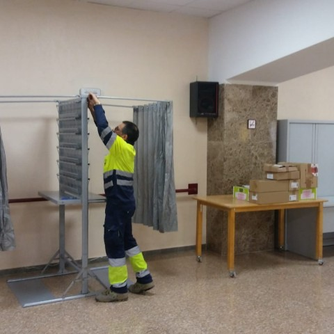 Preparació d'un col·legi electoral en Alcoi