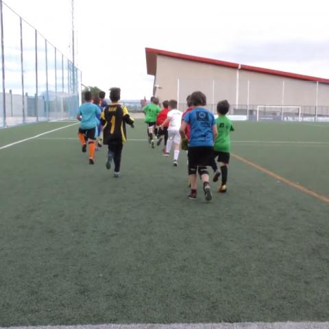 Xiquets entrenant en el camp de futbol 'La Llometa'.