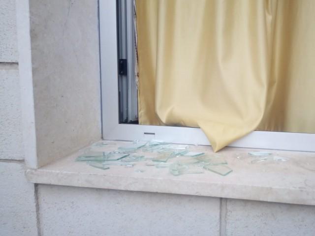 Finestra amb vidres trencats per on van accedir els responsables del robatori.