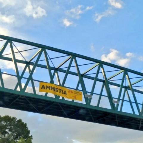 Pancarta d'ER a la passarel·la entre Alcoi i Cocentaina abans de ser retirada / José Gómez Reyes